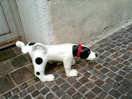 Hund-aus-stein-pinkelt